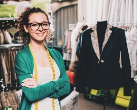 Das Bild zeigt ein Mädchen mit einem Maßband um den Hals und eine Kleiderpuppe mit einem Kleidungsstück darauf.