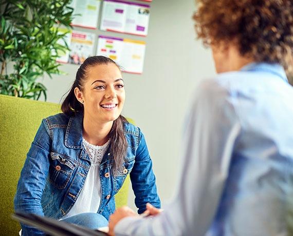 Das Bild zeigt zwei Personen, die gemeinsam ein Gespräch führen.