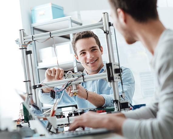 Das Bild zeigt einen Elektrotechnik Studenten der an einem Projekt arbeitet